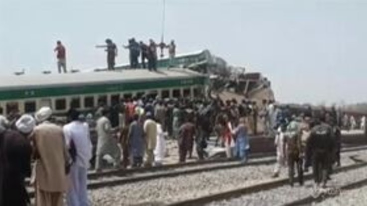 Scontro fra treni in Pakistan, dieci morti