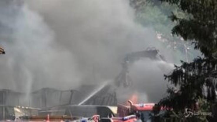 Roma, in fiamme un'officina alla Magliana: nube nera sul quartiere