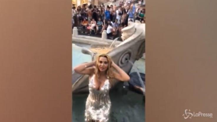 Valeria Marini fa in bagno nella Barcaccia: Daspo e multa da 550 euro