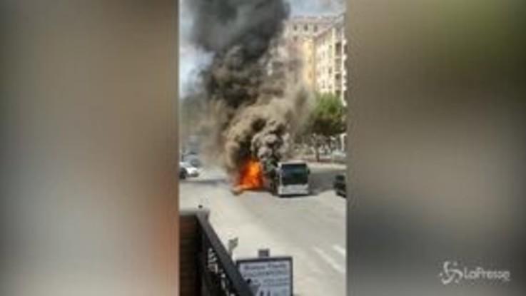 Roma, bus in fiamme su via Appia Nuova: poi l'esplosione