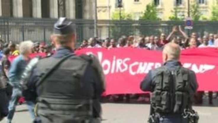 Parigi, la protesta dei migranti nel Pantheon