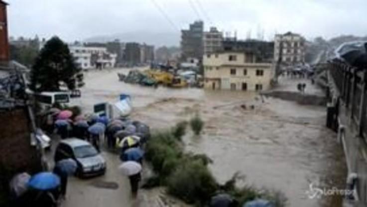 Maltempo in Nepal: un fiume di fango per le strade di Katmandu