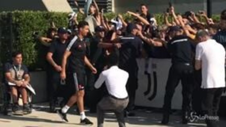 Cristiano Ronaldo a Torino per le visite mediche, ad accoglierlo i fan in delirio