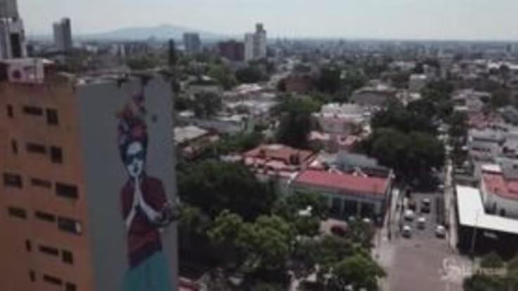 Messico, gigantesco murale a Guadalajara: è un omaggio a Frida Kahlo