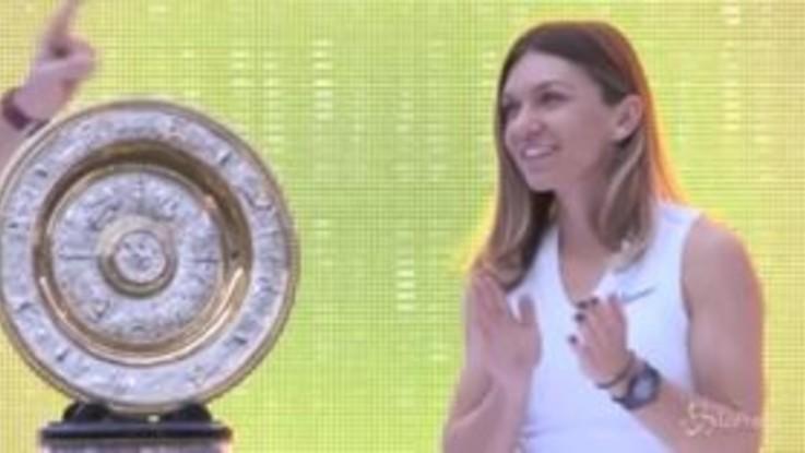 Simona Halep mostra il trofeo di Wimbledon nello stadio di Bucarest