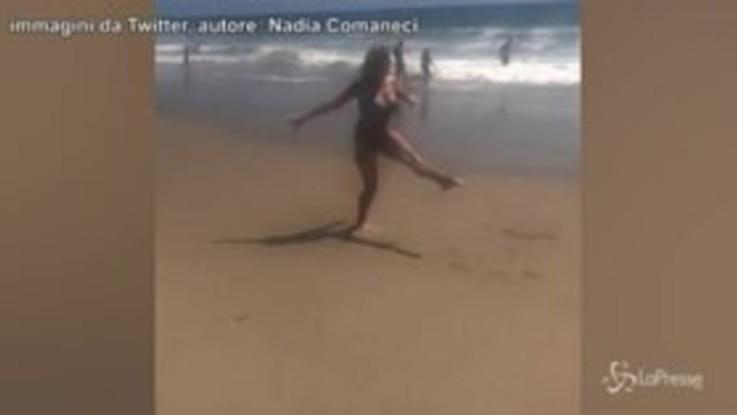 Nadia Comaneci festeggia il suo oro in spiaggia, 43 anni dopo è ancora da 10