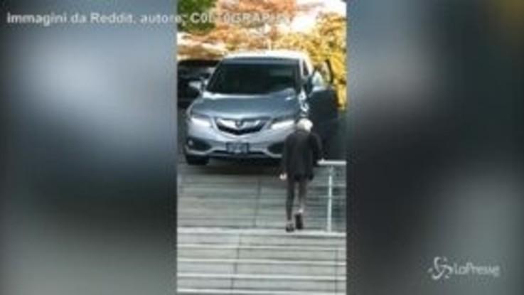 Scende le scale con l'automobile: ma è una pessima idea