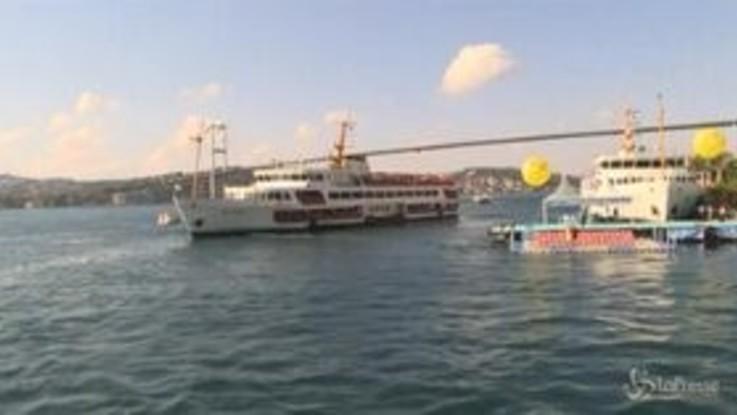 Turchia, migliaia di nuotatori attraversano il Bosforo tra Asia e Europa