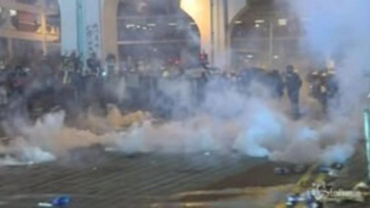 Hong Kong, polizia spara proiettili di gomma su manifestanti anti-governativi