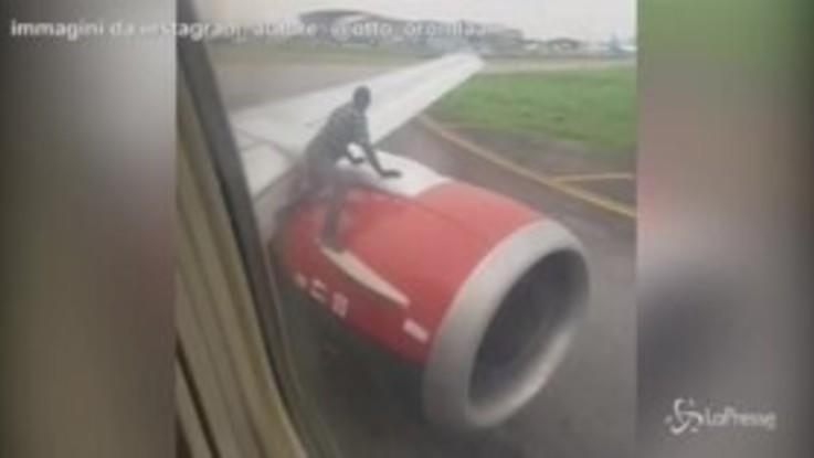 Sale sull'ala dell'aereo in movimento, panico in Nigeria