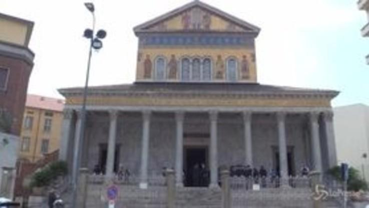 Funerali Borrelli, l'entrata del feretro in chiesa