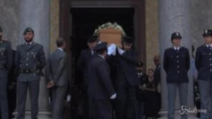 Funerali Borrelli, l'uscita del feretro