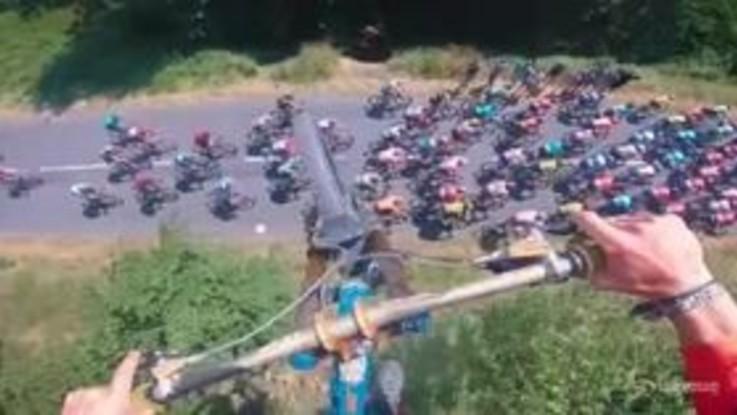 Spettacolo al Tour, sorvola il gruppo con un salto mortale in bici