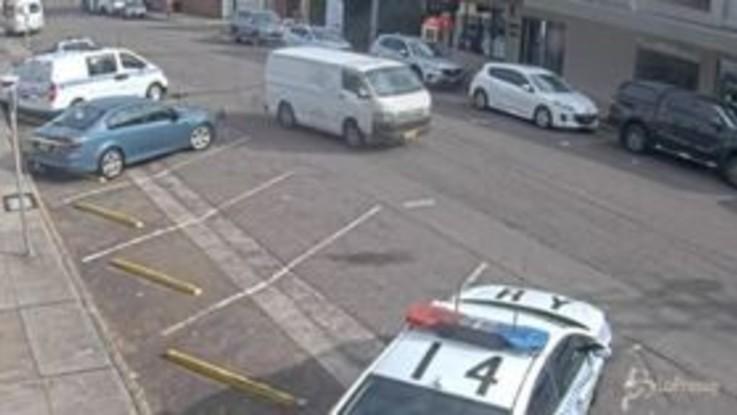 Australia, furgoncino carico di anfetamine contro auto della polizia