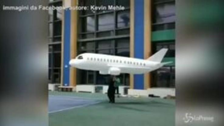 L'aereo gigante fatto di carta vola davvero