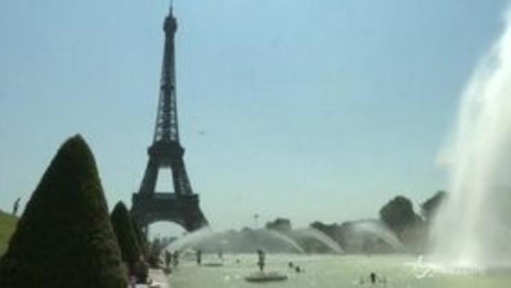 Caldo, i parigini si rinfrescano davanti alla Torre Eiffel