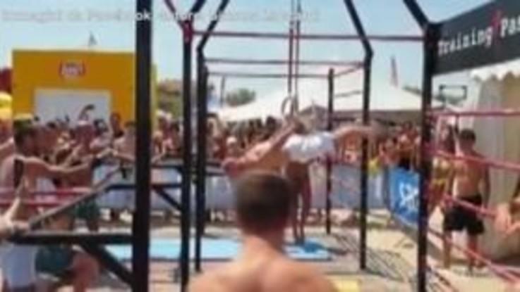Senigallia, Yuri Chechi si allena in spiaggia: bagnanti entusiasti