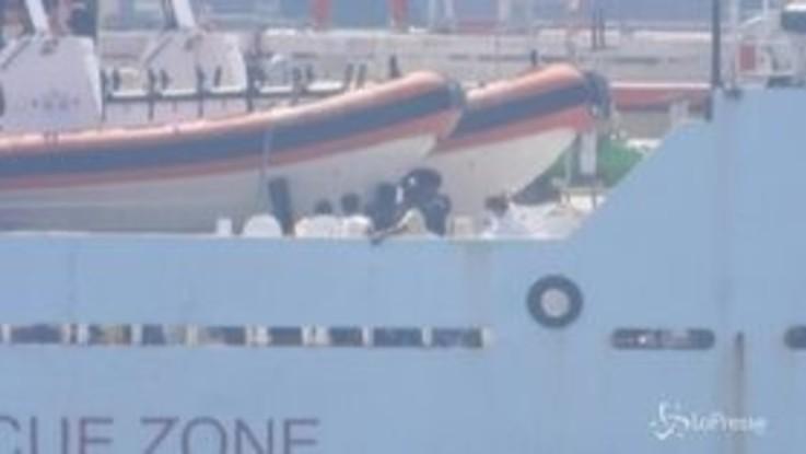 Migranti, la Gregoretti al porto di Augusta: restano a bordo i 131 extracomunitari