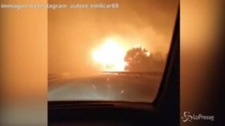 """Incendio in Sardegna, un'auto sfiora le fiamme: """"Non dovrebbero far passare"""""""