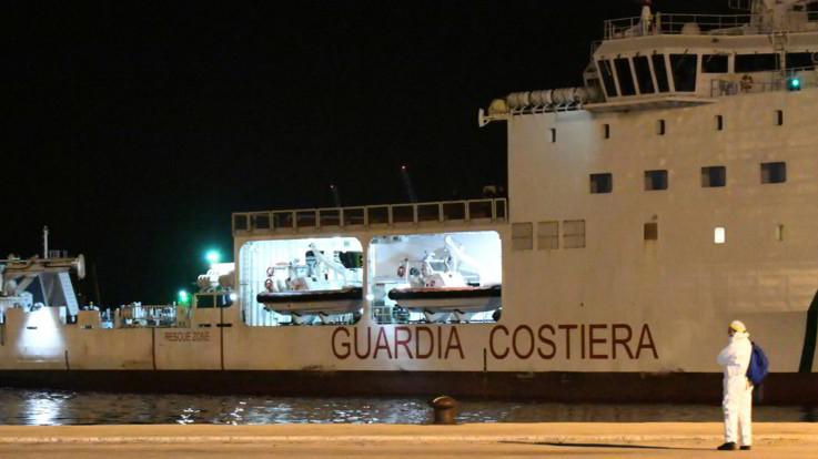I migranti della Gregoretti sono sbarcati: scesi in 116