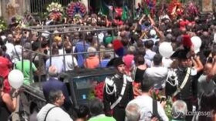 Carabiniere ucciso, palloncini bianchi all'uscita del feretro dalla chiesa