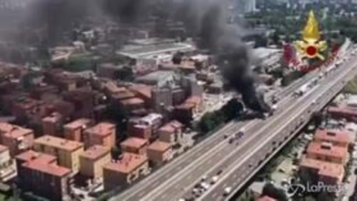 Bologna, incidente sulla A14: a fuoco due tir, morto un camionista