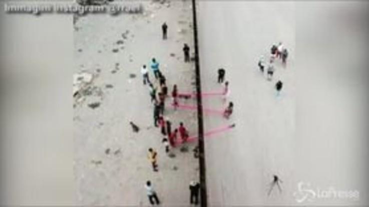 Usa-Messico, l'altalena che abbatte le barriere  al confine