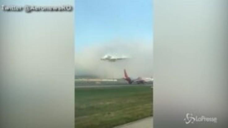 L'aereo sbuca all'improvviso dalle nuvole, l'atterraggio è da brivido