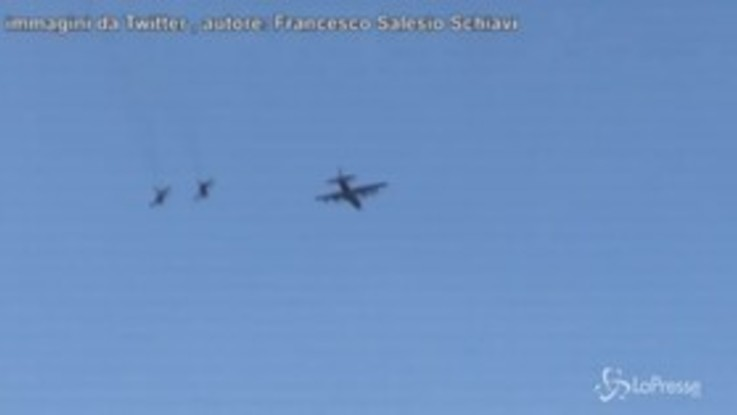 Boati nel cielo di Milano, sono le esercitazioni di tre aerei militari