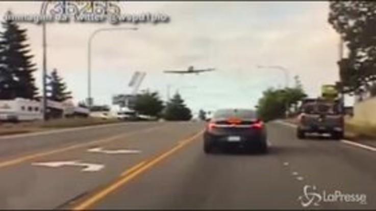L'aereo in avaria atterra sulla tangenziale, l'inseguimento della polizia è virale