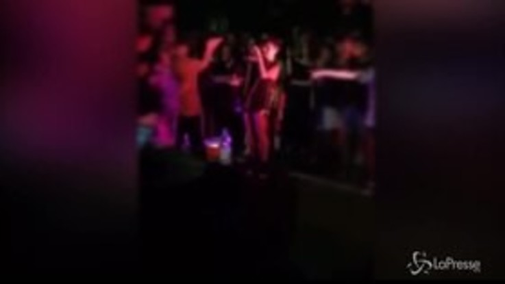 VIRAL PRESSE - Spettatore prende in giro Young Signorino a un concerto: il rapper lo schiaffeggia