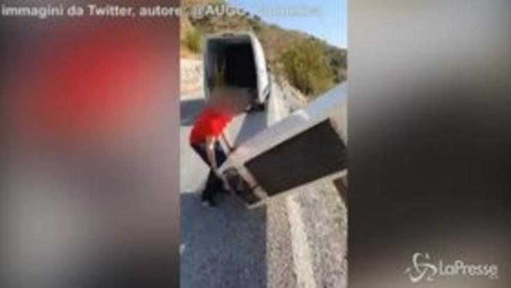 """VIRAL PRESSE - Spagna, lancia un frigorifero dalla scogliera: """"Riciclaggio...andiamo a riciclarlo"""""""