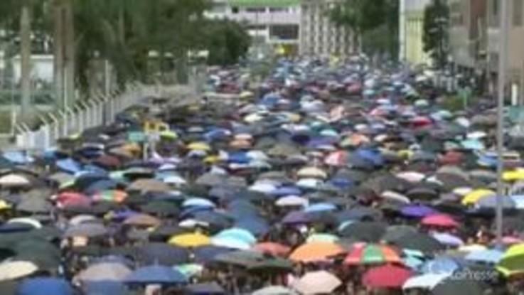 Hong Kong, il corteo punteggiato dagli ombrelli