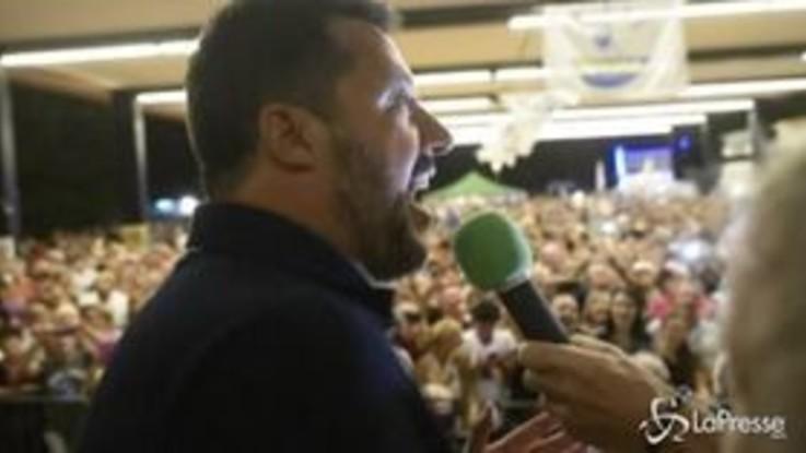 """Salvini a Colico per la festa della Lega canta """"Madonnina dai riccioli d'oro"""""""
