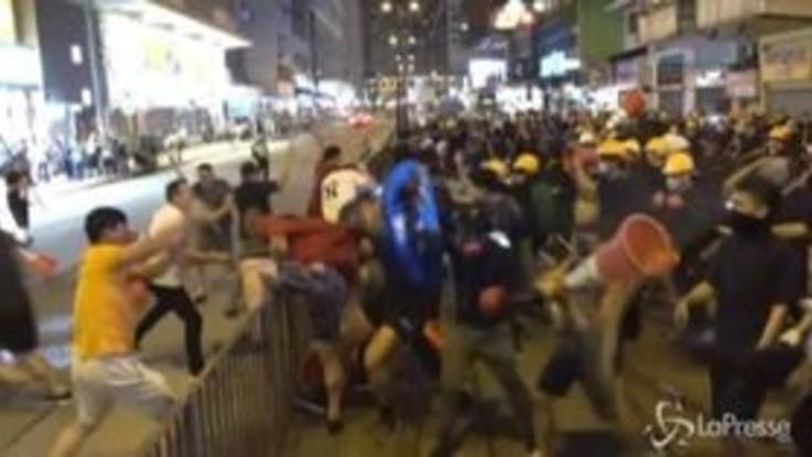 Mega rissa per le strade di Hong Kong, manifestanti pro democrazia affrontano oppositori filo cinesi
