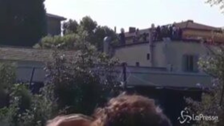 Sgombero Bologna, gli attivisti dell'Xm24 asserragliati sul tetto