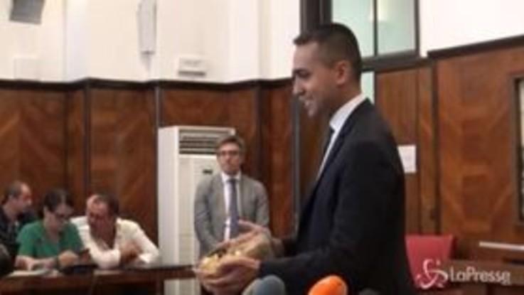 Pernigotti, Di Maio soddisfatto regala cioccolatini in sala