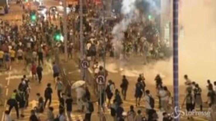 Guerriglia urbana Hong Kong: arresti e lacrimogeni per fermare i manifestanti