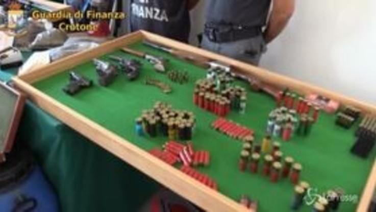 Fucili, pistole e munizioni nascoste nei capannoni a Crotone: 3 arresti