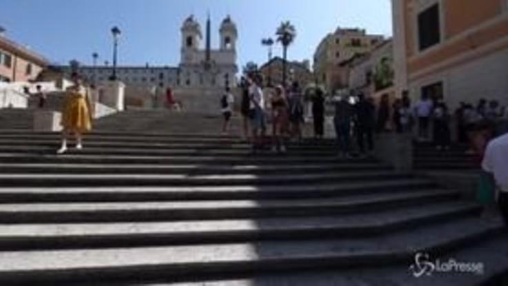 Roma, non è più possibile sedersi sulle scale di piazza di Spagna: controlli serratissimi