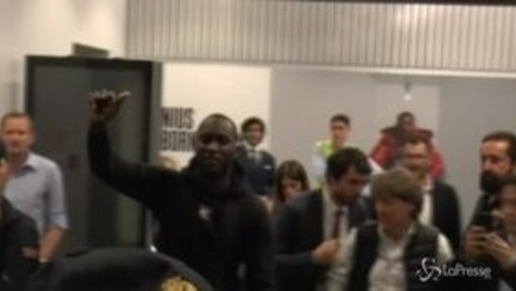 Lukaku all'Inter, tifosi in tripudio a Malpensa