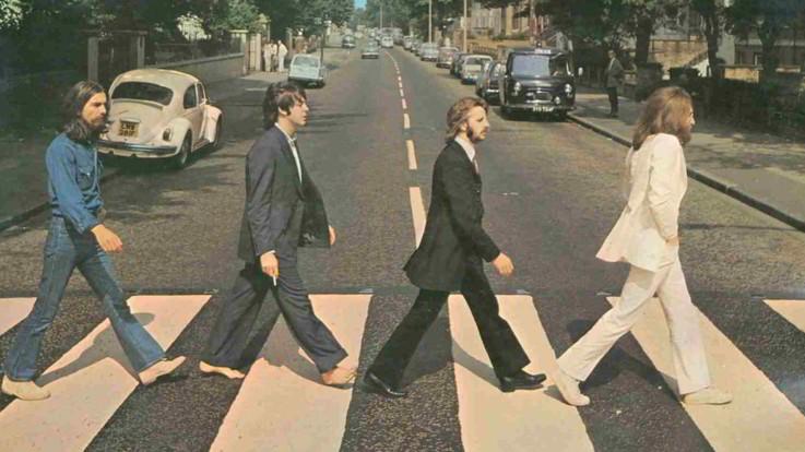 Compie 50 anni l'iconica foto dei Beatles sulle strisce ad Abbey Road