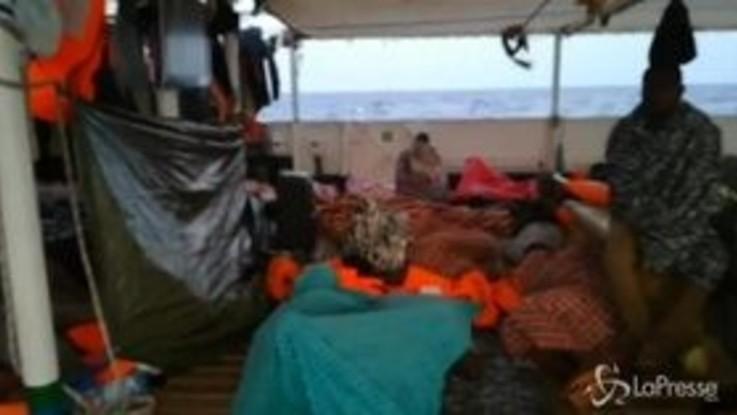 Open Arms, i migranti bloccati nel mezzo del Mediterraneo