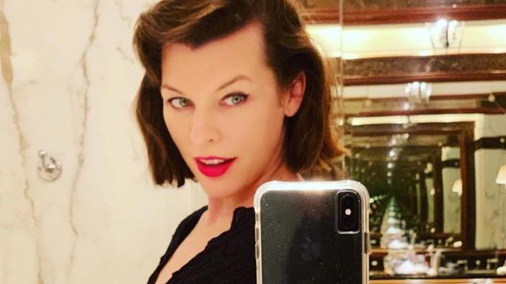 """Milla Jovovich a 43 anni incinta della terza figlia: """"Vivo fra gioia e terrore"""""""