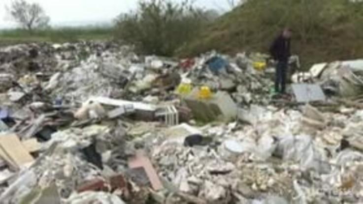 Francia, montagne di rifiuti abbandonati deturpano l'Île-de-France