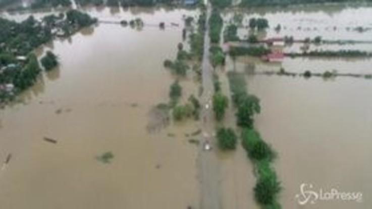 Inondazioni in Myanmar: abitazioni semisommerse, ci si muove per le strade in canoa