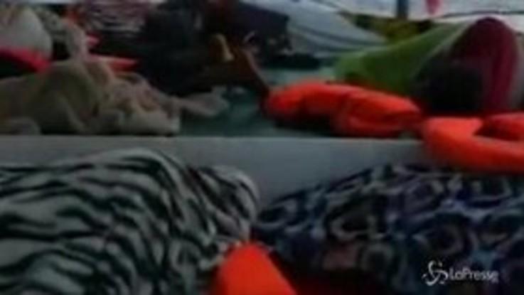 Porti chiusi per la Open Arms: i migranti dormono a bordo della nave