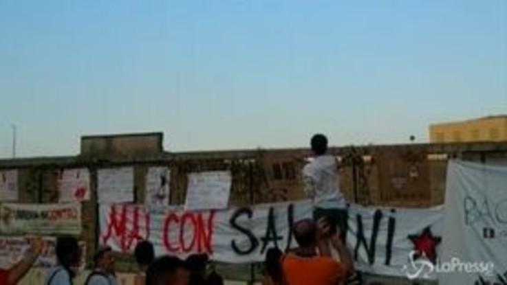"""Salvini in Calabria, la protesta dei cittadini di Soverato: """"Noi non dimentichiamo i suoi attacchi al Sud"""""""