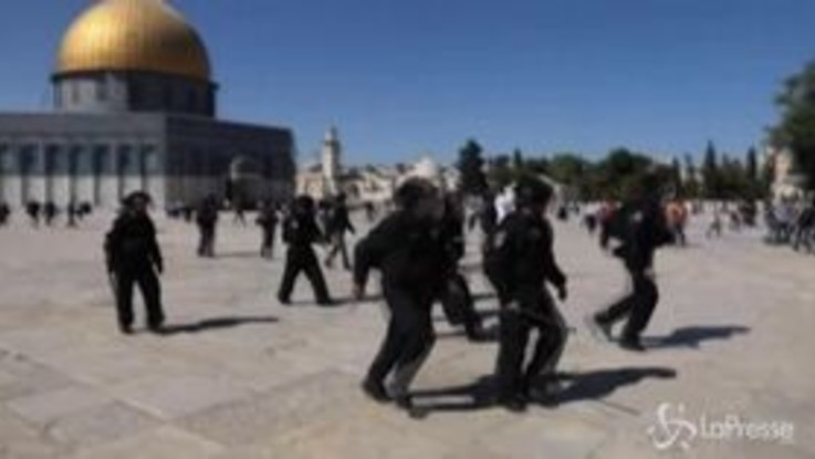 Gerusalemme, scontri tra musulmani e forze dell'ordine: decine di feriti