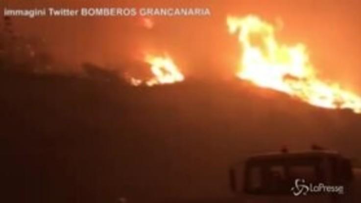 Gigantesco incendio alle Canarie: le immagini delle fiamme